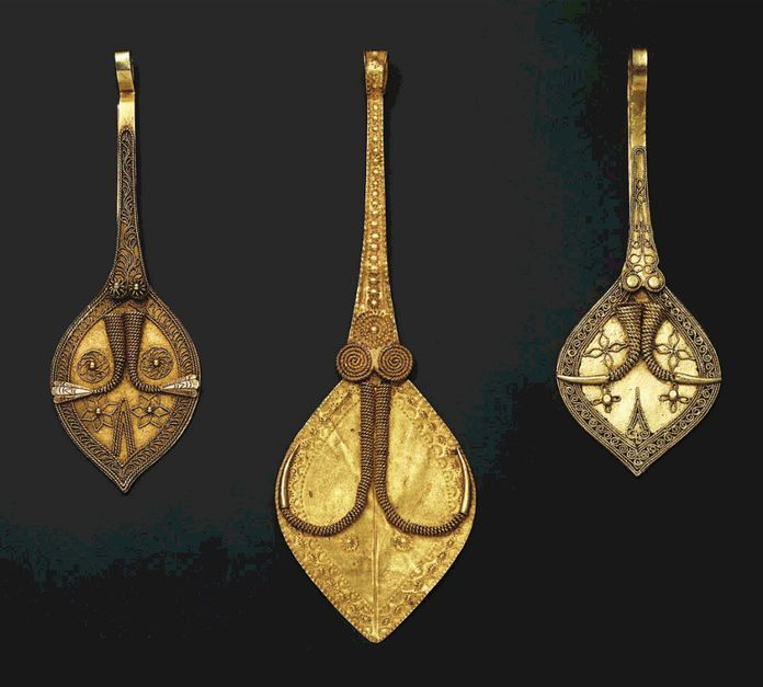 Indonesia ~ South Nias   Leaf shaped ear pendants ~ sialu ~ gold   19th century    A single sialu was worn in the right ear by noblemen    Source: 'Gold Jewellery of the Indonesian Archipelago'; page 411