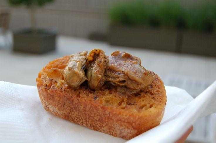 I crostini di ostriche si creano togliendo i molluschi dalle conchiglie e pulendoli con cura, mentre a parte avrete passato sulla griglia dei croston...