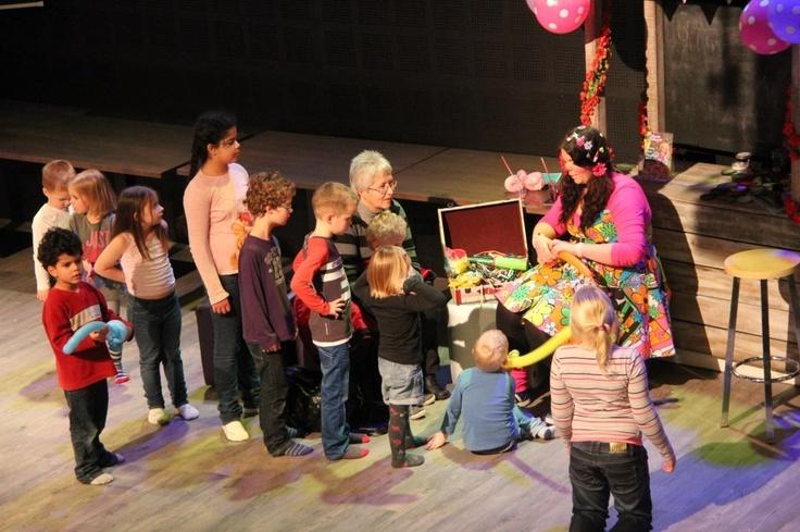 Schminken, glittertattoos & figuurballonnen Lonnie Ballonnie geeft kleur aan het 1-jarig bestaan van Hof van Eckberge