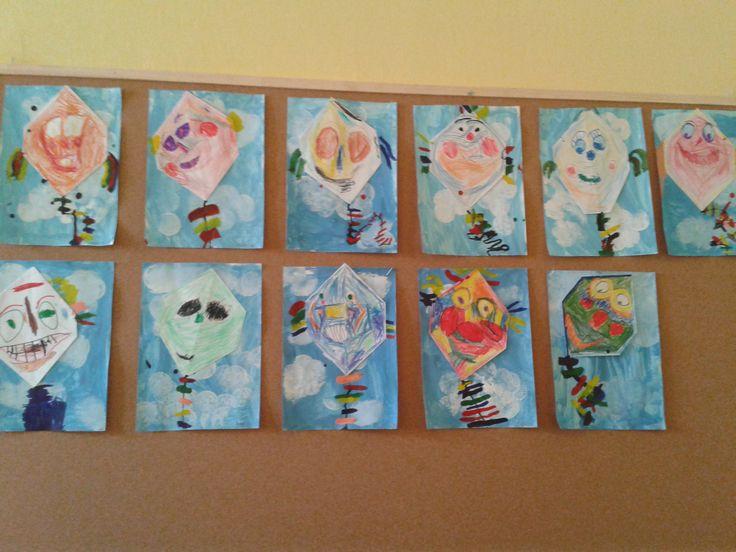 Malba vodovkami-tisk houbičky (mraky), nalepení draci a dokresleno tuší. Tvorba dětí 4-6 letých
