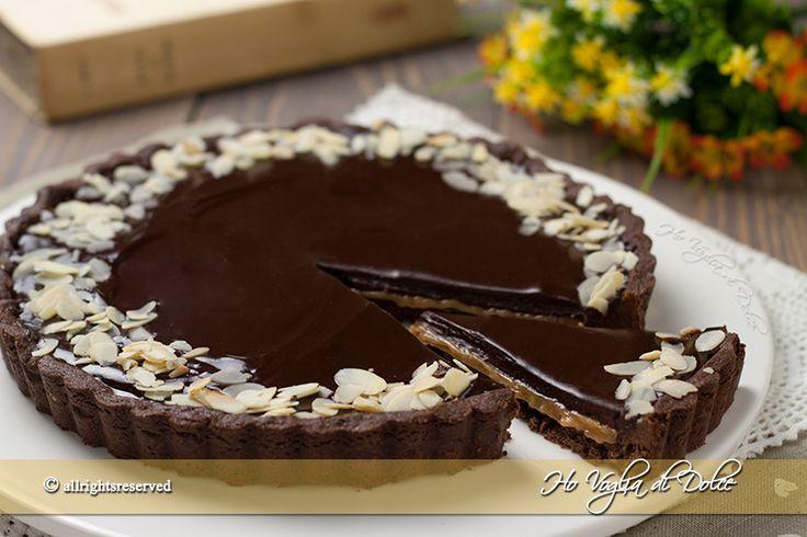 Crostata al cioccolato e caramello tipo mou, una pasta frolla al cacao ripiena di salsa mou e ganache al cioccolato. Dolce goloso dal ripieno irresistibile.