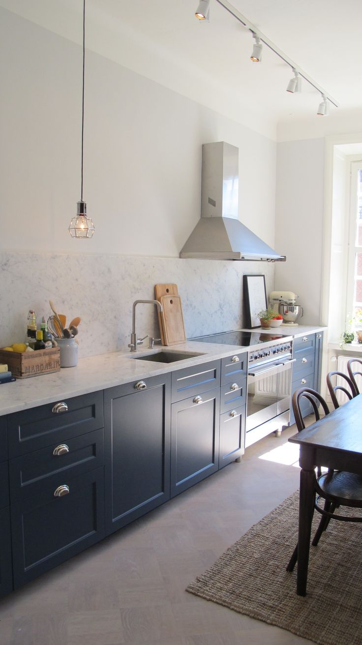 NCS-koden på vårt kök är S7010-R90B och luckorna har profil 2