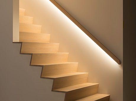© Decotrap - Trapleuning met LED verlichting 1 :: mooie verlichting en trap met paar zichtbare treden