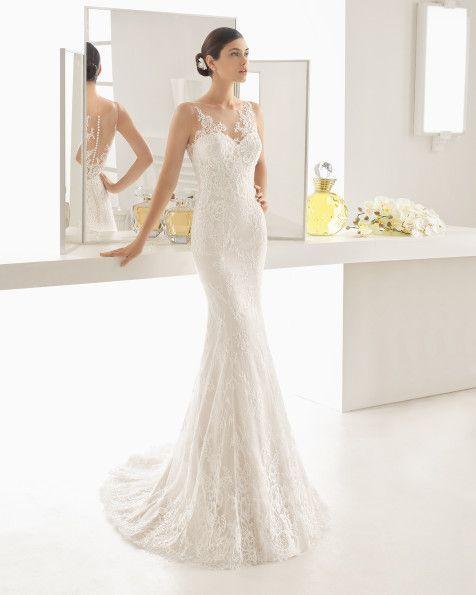 Vestido de novia sirena de encaje y pedrería con escote corazón y espalda tattoo, en color nude y natural.