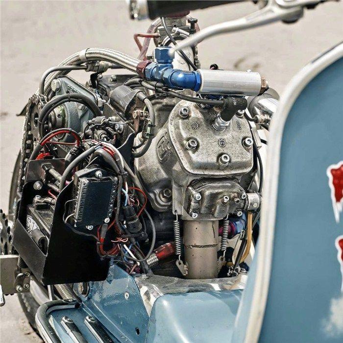 Le Vespa de Marek Nachlik est équipé d'un moteur d'Husqvarna WR360 cc monté en position centrale, est équipé d'un kit de Vespa PX, la roue arrière modifiée provient d'une Honda comstar, le bras oscillant d'une XS 400 et le frein d'une CB 750 … rien que ça !  La suspension arrière est placée sous le scooter (comme une Buell) tout comme le radiateur …. oubliez le franchissement ! Enfin le réservoir de carburant est placé dans la boîte à gant !  Bilan …. 55 chevaux et 45 nm de couple pour 145…