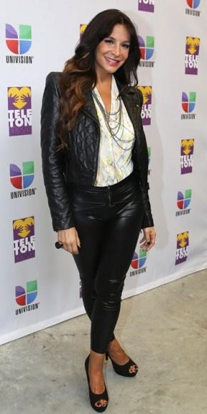 LORENA ROJAS    La guapa actriz mexicana fue una de las actrices que dijo presente en el Teletón USA, transmitido por la cadena Univisión. La actriz lució muy juvenil con una chaqueta y pantalones de cuero negro, una camisa blanca de cuello V, collar de plata y zapatos negros de plataforma.