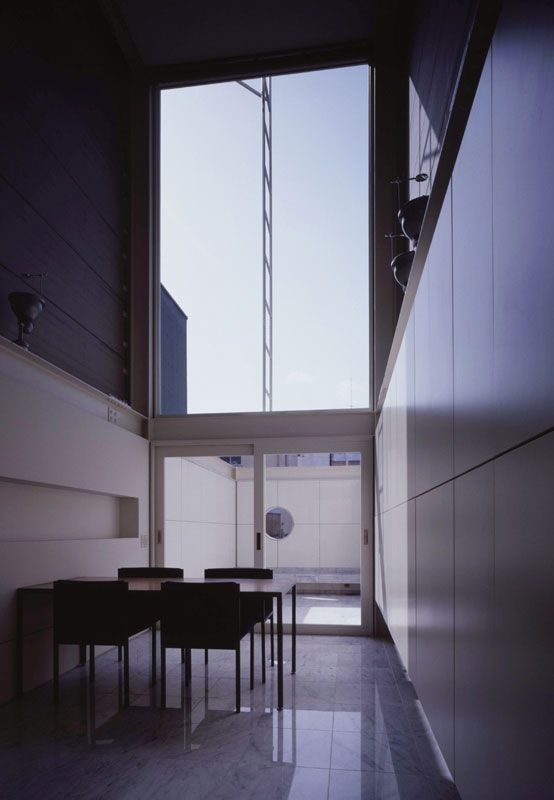 House in Nipponbashi | WARO KISHI + K.ASSOCIATES/Architects - dining room and its 6m high ceiling with view on the terrace