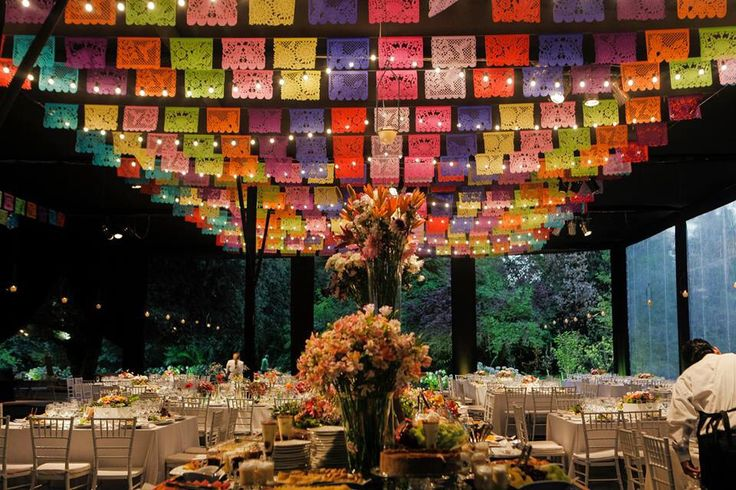 Iluminación del salón Casona Parque Nos. Decoración con guirnaldas mexicanas y líneas de ampolletas. Banqueteria a cargo de Parissimo.
