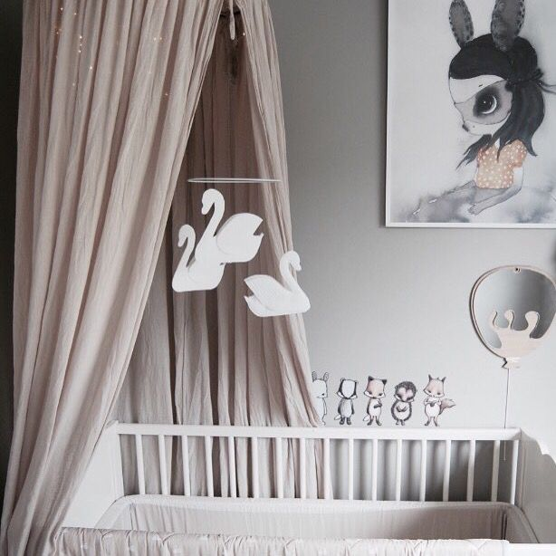 #babyuro #babymobile #babyroom #mobile #uro #svaneuro #swanmobile #nursery #inspoforkiddos #dressup #kidsmoda #girlsroom #girlsroomdecor #barnerom #kinderkamer #kinderzimmer #instakids #inspoforkiddos #danskdesign #nordiskdesign #nordicdesign #danishdesign #lillekejser #scandinaviandesign #barnrum #barnrumsinspo