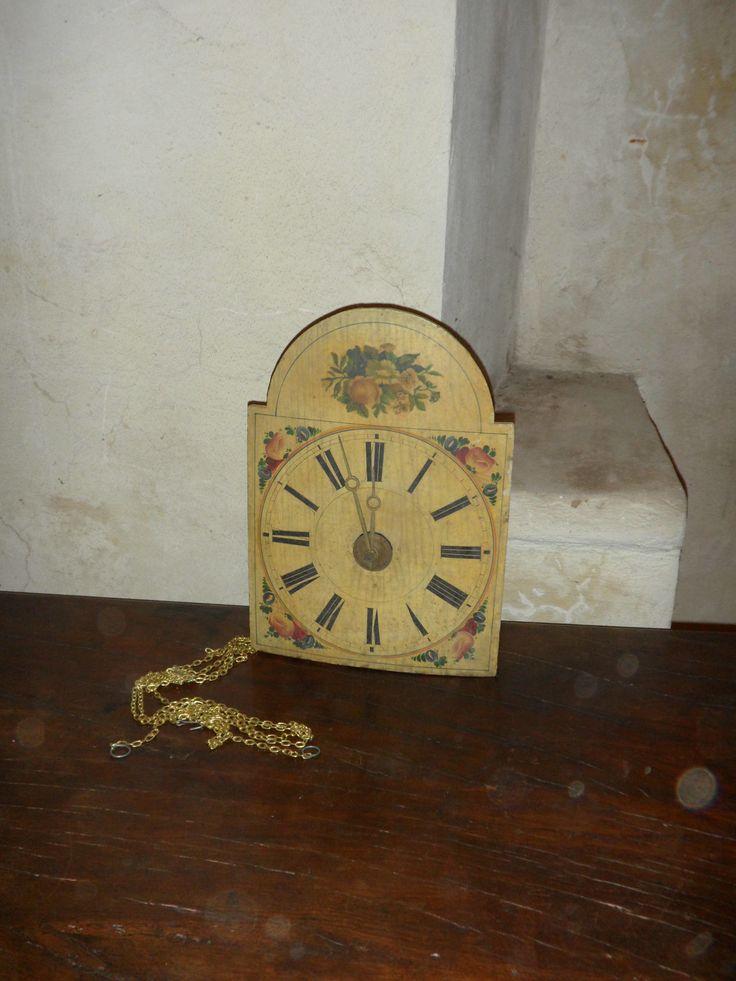 Orologio a pendolo decorato con fiori