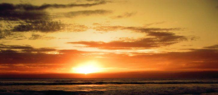 Matahari megitari bumi, Matahari beredar ke arah barat, artinya matahari berjalan mengelilingi bumi seperti arah jarum jam. Tiap satu putaran adalah 1 hari