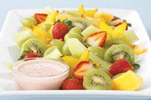 Cette salade de fruits frais fera fureur: tout le monde raffolera de la sauce crémeuse, mais personne n'en devinera le secret!