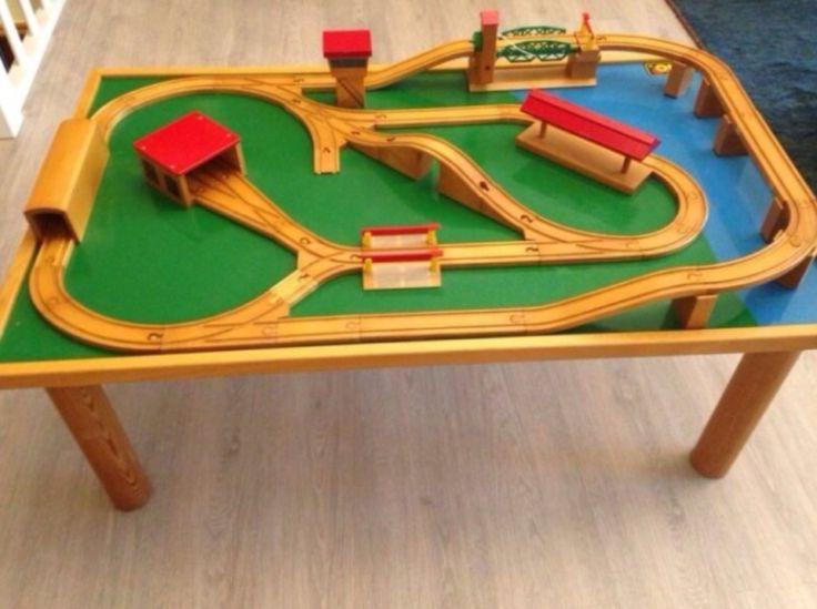 BRIO Eisenbahn Spieltisch mit fest installierter BahnanlageDer Tisch kann bei Bedarf schnell abgebaut und platzsparend verstaut werden, da die Beine sich abdrehen lassen.L113xB70xH43