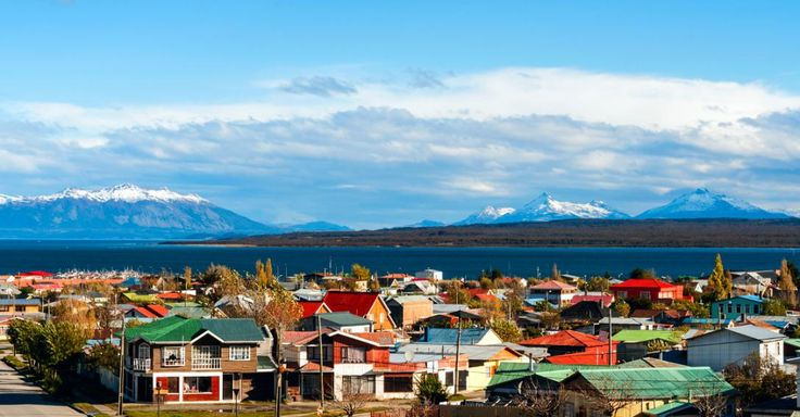 Puerto Natales er en dejlig, lille kystby i Patagonien i Chile. Her er det naturen, som er den største seværdighed, og du kan både opleve pingviner og den smukke nationalpark Torres del Paine med de imponerende bjerge, vilde heste og fortryllende blå søer.