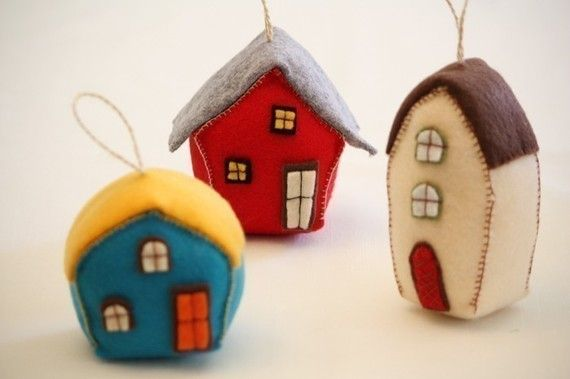 These felt houses make such cute Christmas ornaments