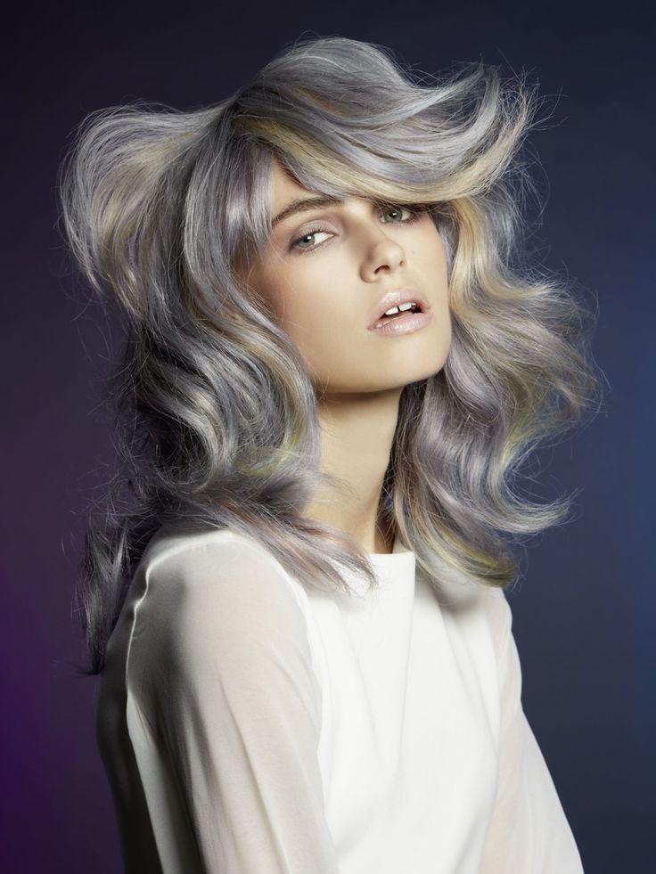 Was passiert, wenn die Haarfarben Silber, Blau-Grau, Pfirsich und Limonen-Grün aufeinander treffen? Es entsteht eine coole und außergewöhnliche Farbe, die sich perfekt mit dem voluminösen Schnitt ergänzt. Elf Gründe für eine neue Haarfarbe wie aus dem Candy Shop: Pastell Haarfarbe