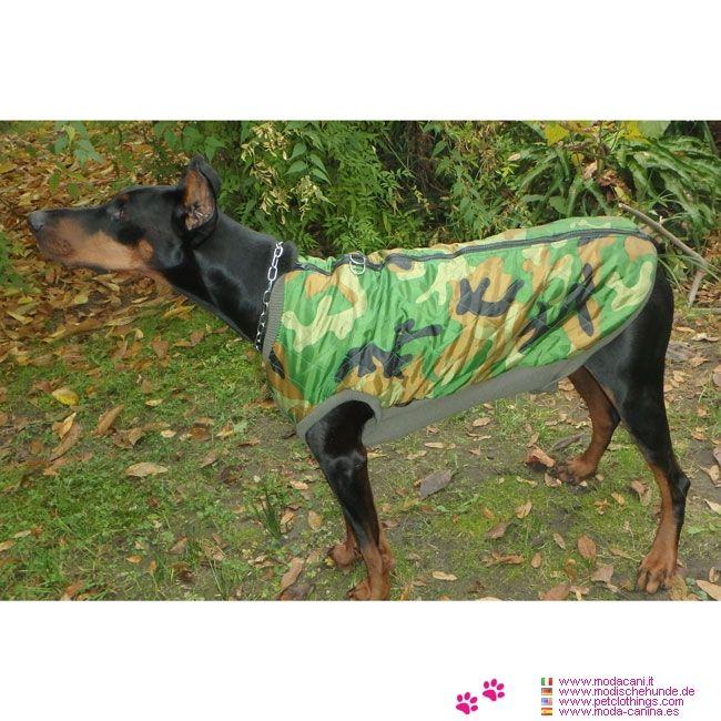 Giacca Mimetica per cani di grossa taglia con apertura sul dorso #ModaCani #Dobermann - Giacca Mimetica, in Nylon trapuntato e Poliestere, in modo da rimanere calda sul corpo del cane (grossa taglia) ed essere al contempo antivento e impermeabile. Apertura sul dorso con zip
