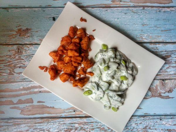 Ebben a könnyű, nyári, alacsony kalóriatartalmú finomságban az uborkasaláta van a főszerepben. Ízével tökéletesen kifejezi a nyári életérzést. Fogyaszthatjuk csirke helyett hal mellé is. Gyorsan elkészíthető, könnyű vacsorának ajánlott.
