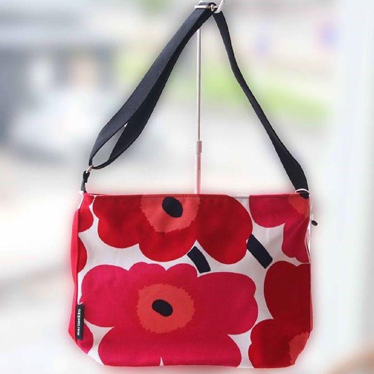Unikko ショルダーバッグ Osma 代表的なテキスタイルUnikko柄のショルダーバッグです北欧ならではの色使いで大胆に描いたケシの花はコーディネイトの主役になる存在感軽快なコットン素材で仕上げているから斜め掛けがしやすいのも人気の理由ですマチ底も広くたくさんの荷物もすんなり納まります#marimekko #マリメッコ #ショルダーバッグ