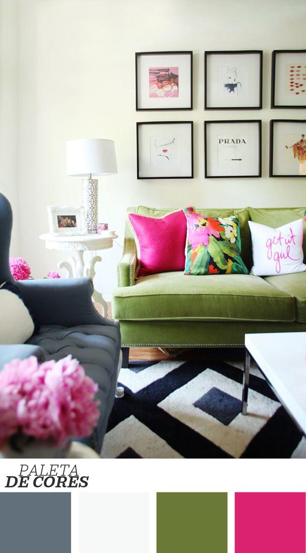 Almofadas, cor e quadros! Não é preciso muito para deixar a decoração graciosa. O que você acha de tentar essa combinação de sofá verde e tapete geométrico em sua sala de estar? Confira mais clicando na foto!