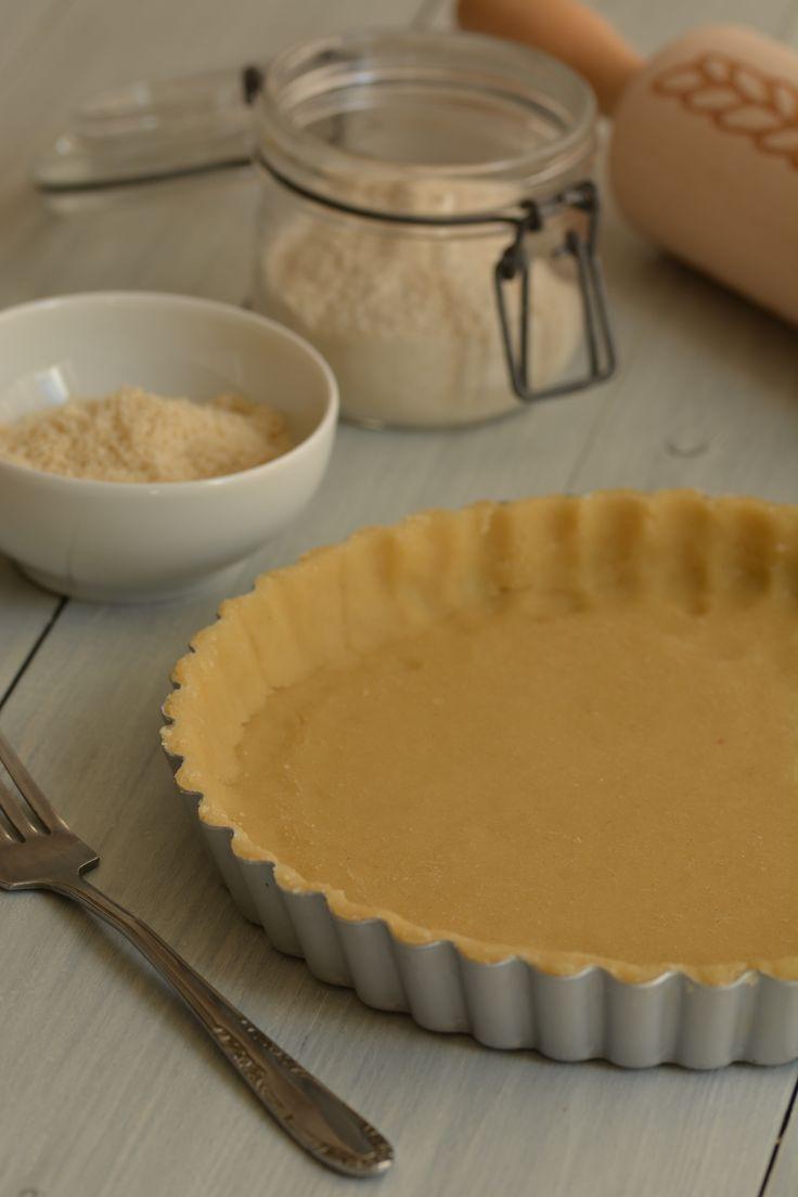 Dit glutenvrije korstdeeg van amandelmeel heeft een zachte, neutrale smaak. Het is gemakkelijk te verwerken en geeft een heerlijk knapperige taartbodem.