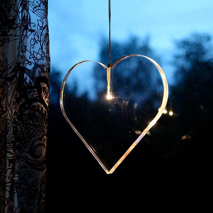 Karla LED Hjerte Akryl - Karla Hjerte i klar akryl utførelse fra Star Trading. Hjertet har en meget enkel og ren design for deg som liker det minimalistiske. Karla kommer også i stjerne utførelse i 25 cm og 33 cm.