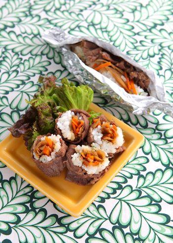 すっかりお馴染みの肉巻きおにぎりの中に、きんぴらごぼうをイン!食べごたえ抜群のおにぎりレシピです。ホイルペーパーを使えば、海苔巻きの要領でささっと作れますよ♪