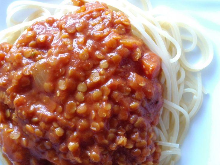 spaghettis bolo Pour 4 portions :  1 gros oignon 1 petite carotte 1 gousse d'ail (ou poudre) Huile d'olive Épices au choix (cumin, coriandre, cannelle, curcuma…) Herbes de provence 1 verre de lentilles corail 1 brique de coulis de tomate (500gr) Sel-poivre 1 cuiller à soupe de bouillon