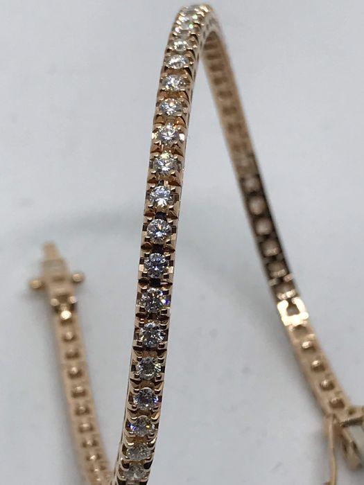 Tennis armband in 750 rose goud 1080 g met 220 ct in diamanten  Prachtige tennis armband in 750 rose goud 1080 g met 67 diamanten (G kleur SI duidelijkheid) met een totale karaatgewicht van 220 ct. De armband is 18 cm lang is gepolijst aan de binnenkant waardoor de glans van de stenen zelfs meerder schitterend.  EUR 80.00  Meer informatie