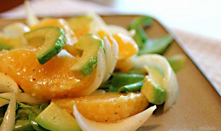 зеленых салатных листьев, aпельсин,1 авокадо, лук