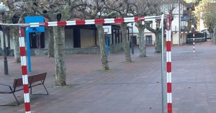 El Ayuntamiento instala dos porterías de fútbol sala en la plaza de El Regato