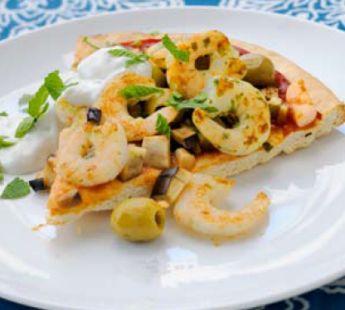 Griekse pizza met gamba's, aubergine en zaziki #shrimps #eggplant #Greek #pizza