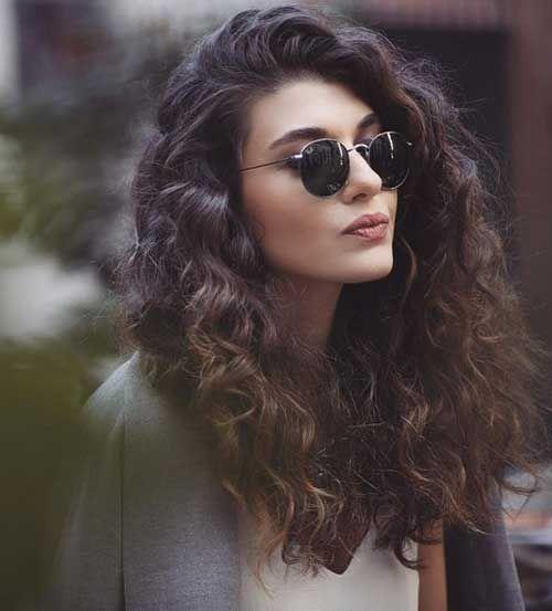 Lockige dunkelbraune Frisur