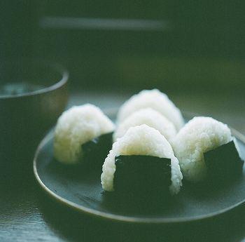Японский или одним из основных продуктов, проведение вручную риса от старых дней, как и консервирование живет.  Форма и удерживайте, назовем его рисовые шарики, рисовые шарики, ... различный Aredo, такие как рисовый шарик, полный желудок, если вы едите рисовые шарики, чтобы привыкнуть к здоровым, вы можете сказать, что душа пищей японцев.