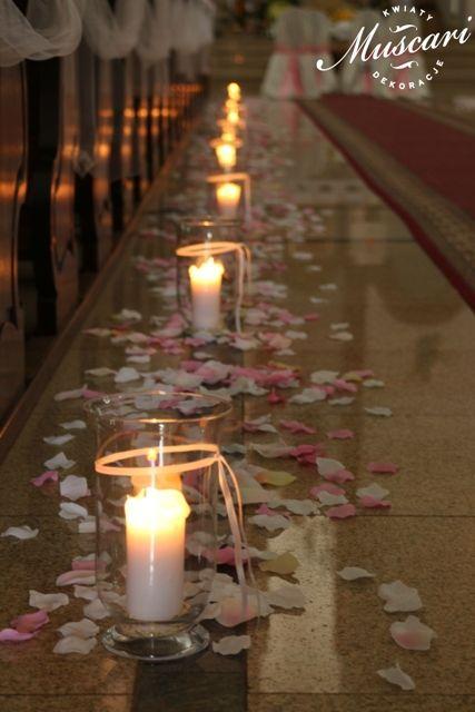 lampiony i płatki w kościele podczas śluby