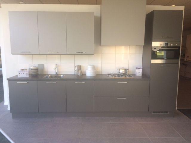 1527. Moderne rechte keuken. 360 cm. Inclusief luxe keukenapparaten met gas kookplaat. | Goedkoopste showroomkeukens.