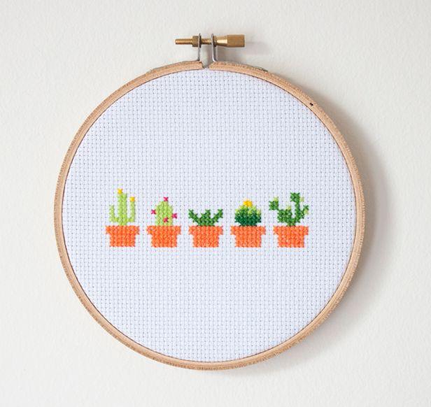 Kijk wat ik gevonden heb op Freubelweb.nl: een gratis borduurpatroon van de Makers Society om deze leuke kleine cactussen te borduren https://www.freubelweb.nl/freubel-zelf/gratis-borduurpatroon-cactus/