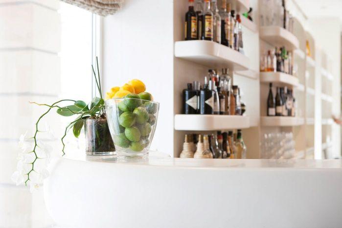 Corian-Bar wie aus einem Guss mit dekorativer Frescata Struktur   Bar »5« Stuttgart   Architektur: id-identity   Corian: Hasenkopf