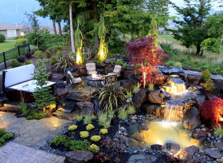 Bachlauf Mit Schöner Beleuchtung Neben Der Terrasse