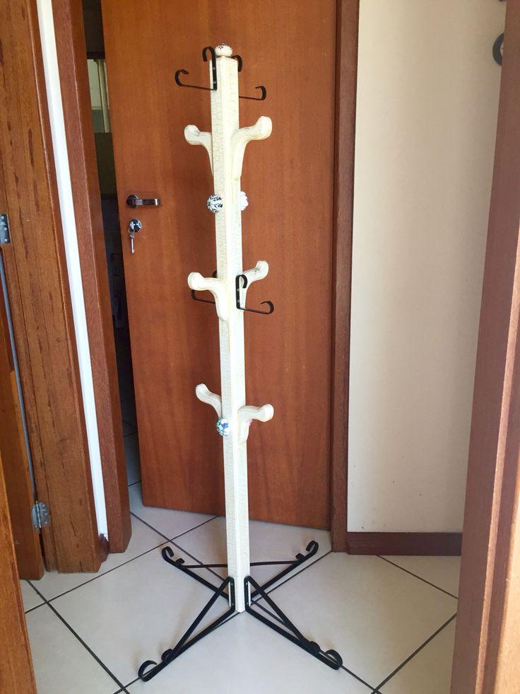 Transformed a coat rack from Valéria Presentes  ( Cordeiro, RJ, Brazil) adding some hooks and door knobs.