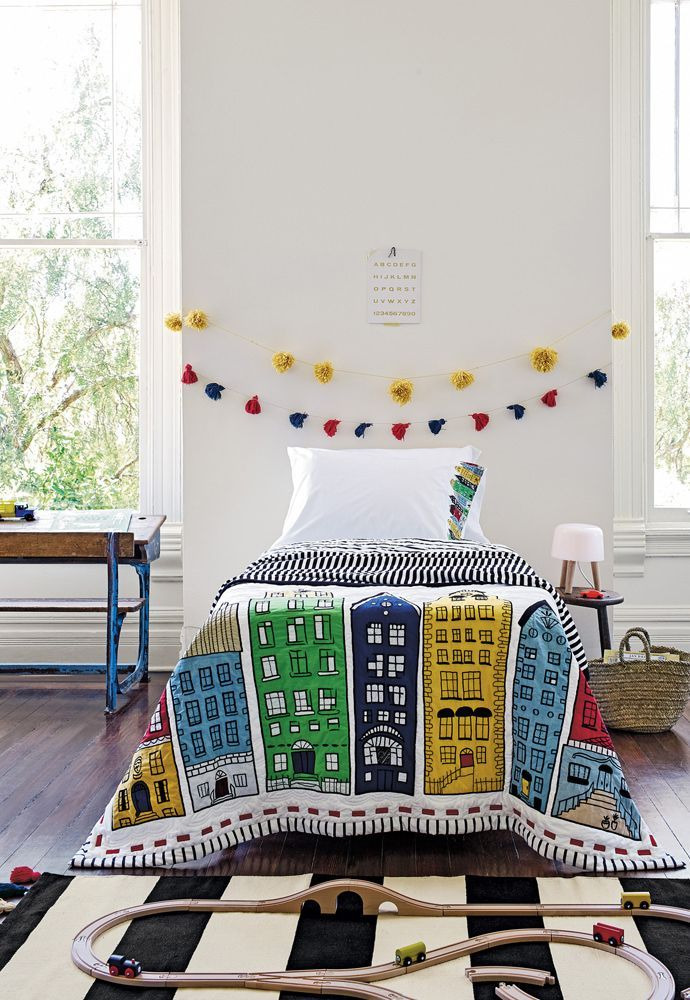 Ковёр в детскую комнату для мальчика (68 фото): делаем грамотный выбор http://happymodern.ru/kovyor-v-detskuyu-komnatu-dlya-malchika-68-foto-delaem-gramotnyj-vybor/ Стильный полосатый ковер в интерьере детской спальни