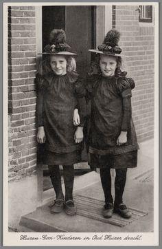 Twee meisjes in Huizer streekdracht. na 1915 #NoordHolland #Huizen