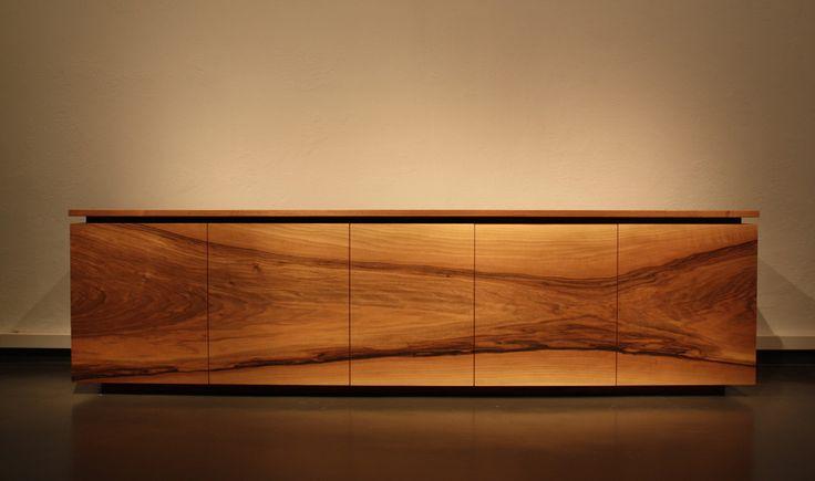 Sideboard aus Nussbaum bringt Wärme in den Raum. Ohne Griffe steht die Maserung im Mittelpunkt