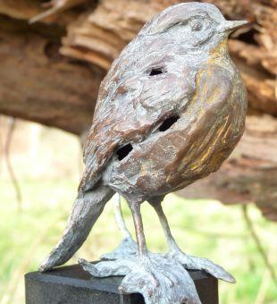 Petit ami-kleine vriend is een bronzen beeld van een roodborstje.  bronzen beelden en tuinbeelden van Jeanette Jansen  