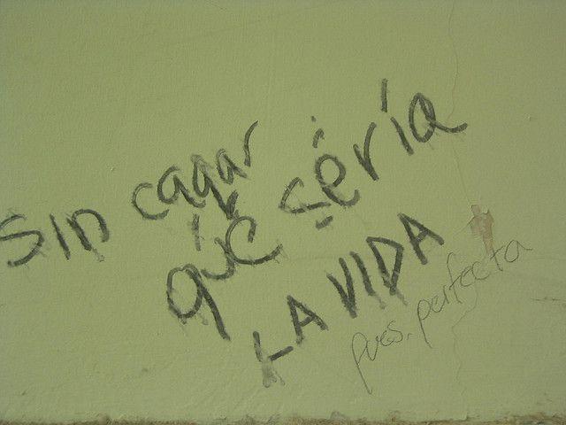 AGOSTO 19 de 2005 / Esto estaba en el baño de hombres, segundo piso de la Facultad de Salud. Una vez tomé un lápiz y lo contesté  | Flickr: Intercambio de fotos