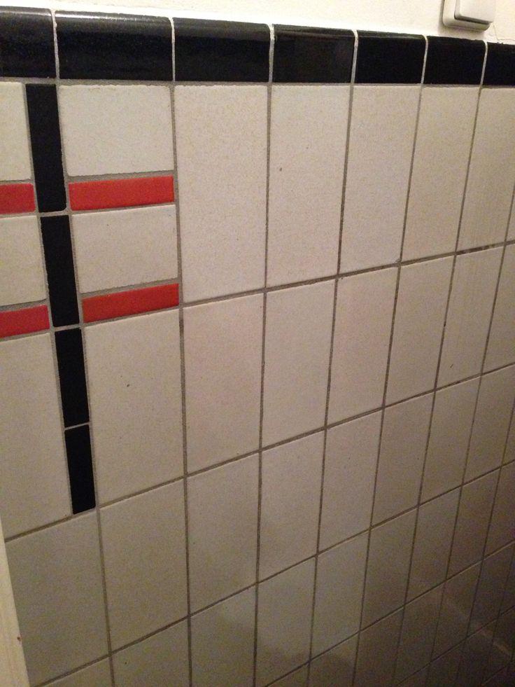Caroline uit Rotterdam stuurde deze foto, op zoek naar lichte tegels van 10,5x21 cm? Kan iemand Caroline helpen aan deze maat tegels? zwarte rand kan gesneden worden uit tegels van 15,2x7,6 . de tegels met afgeronde zijde worden door mozaiek utrecht geleverd