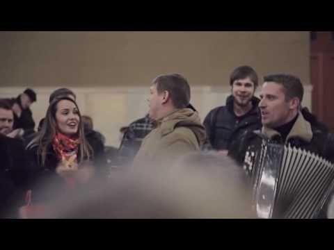 "Флешмоб на Киевском  вокзале Москвы ""Розпрягайте хлопці коней"""