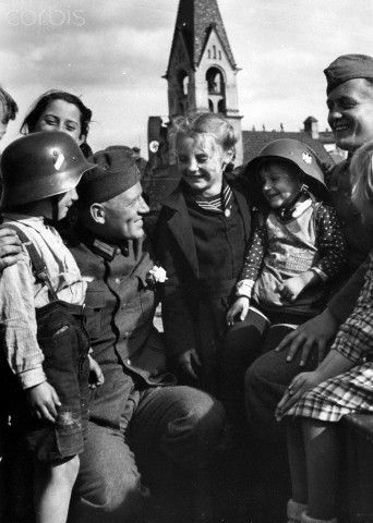 Occupation of Czechoslovakian territories by the German Wehrmacht after the Munich Agreement on 30 September 1938. The National Socialist propaganda text on 6 October 1938: 'In the liberated Sudetenland. The youth of Falkenau has already made friends with the soldiers.' Photo: Berliner Verlag/Archive