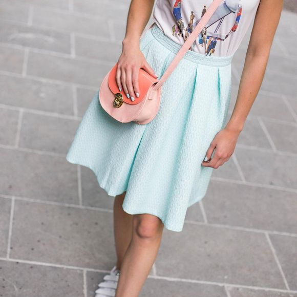 Look style babydoll : http://www.taaora.fr/blog/post/look-babydoll-feminin-jupe-vert-menthe-pastel-t-shirt-imprime-baskets-blanches-sac-main #look #outfit #tenuedujour