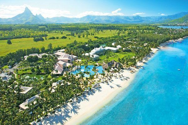 Cette photo illustre parfaitement l'île #Maurice : des #paysages magiques, une nature verdoyante, des #plages de sable de toute beauté, un #lagon turquoise et des #hôtels de qualité.